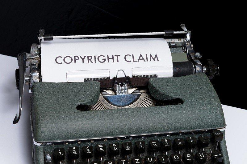 Máquina de escribir con hoja en la que se lee: copyright claim.